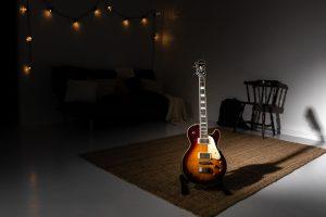 Kitara ja pitkä varjo